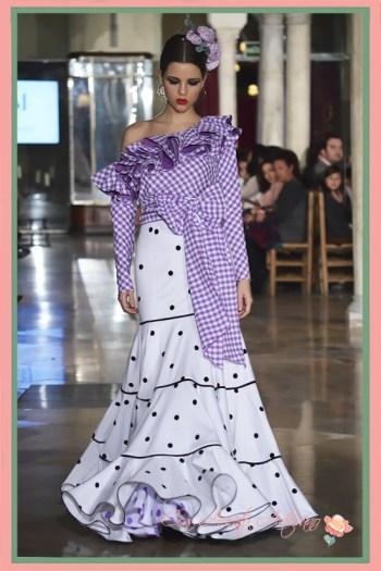 Traje de flamenca dos piezas con falda canastera de lunares y camisa de cuadros vichy con lazada a la cintura de Manuela Martínez