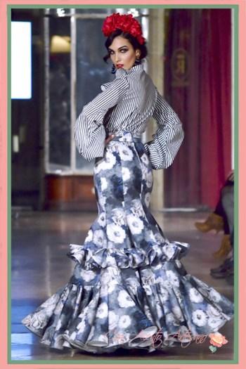 Traje de flamenca dos piezas con camisa de rayas y falda de flores de Manuela Martínez