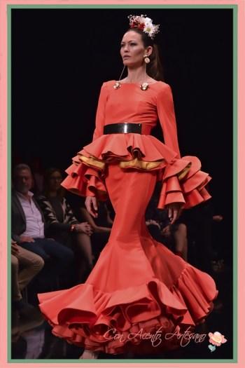 Traje de flamenca rojo y amarillo con volantes de capa a la cintura de Miríam Galvín en SIMOF 2018