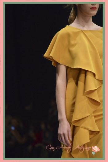 Detalle en vestido amarillo de Eva Valderrama con asimetría al hombro
