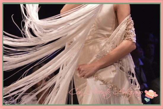 Mantón con flecos de largo especial a juego con traje de flamenca de Francisco Tamaral en SIMOF