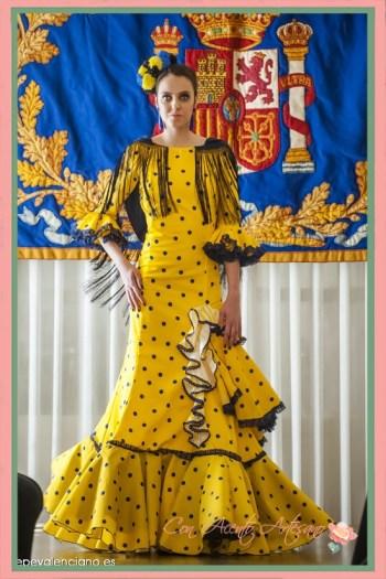 Traje de flamenca setentero en amarillo y lunar negro de María José Segura