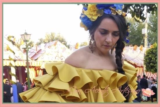 Estilismo con traje de flamenca amarillo de Amalia Vergara