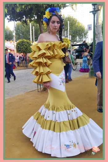 Traje de flamenca amarillo de Amalia Vergara con motivos pintados a mano