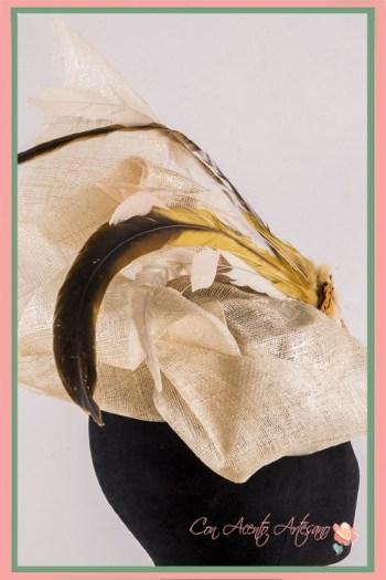 Tocado de sinamay y plumas de Ópalo Negro Tocados