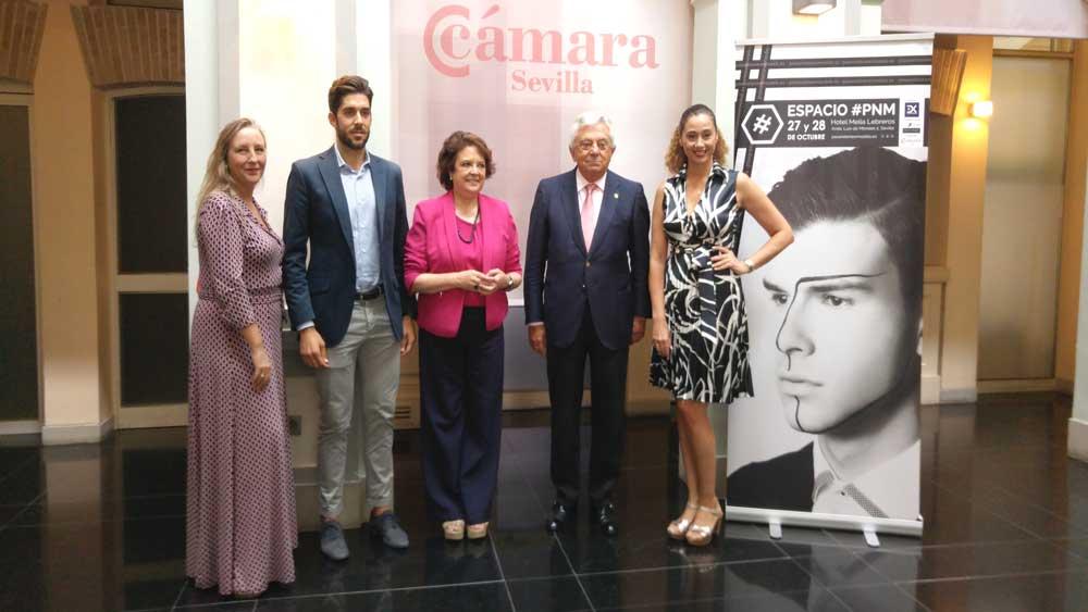 Manuela Montes con Carmen Castreño, el Presidente de la Cámara de Comercio, Versión Profesional y Almatrichi en la presentación de PNM