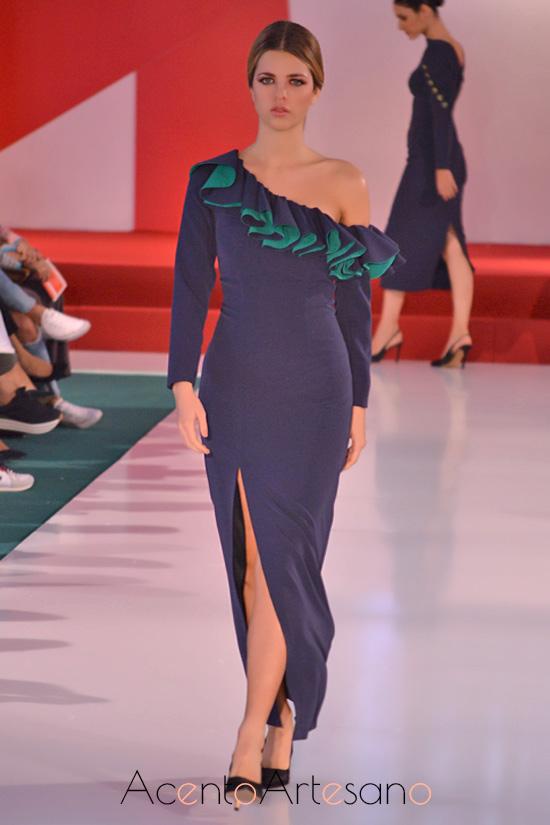 Vestido de fiesta en azul marino con hombro descubierto de Manuela Martínez
