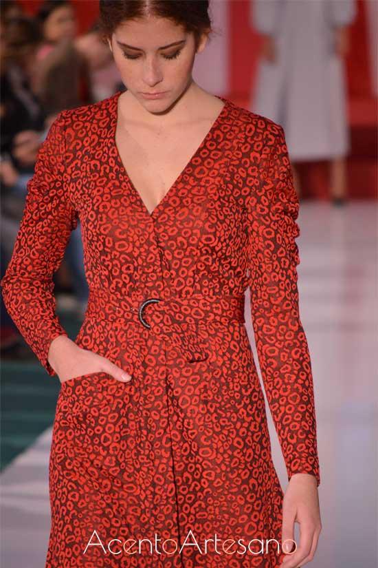 Vestido con bolsillos y cinturón ajustable de lunares salvajes de Manuela Martínez