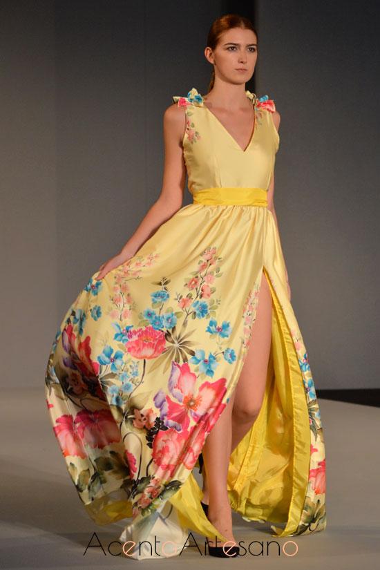Vestido largo de noche en tonos amarillos con estampado floral de Rizos de Carbón