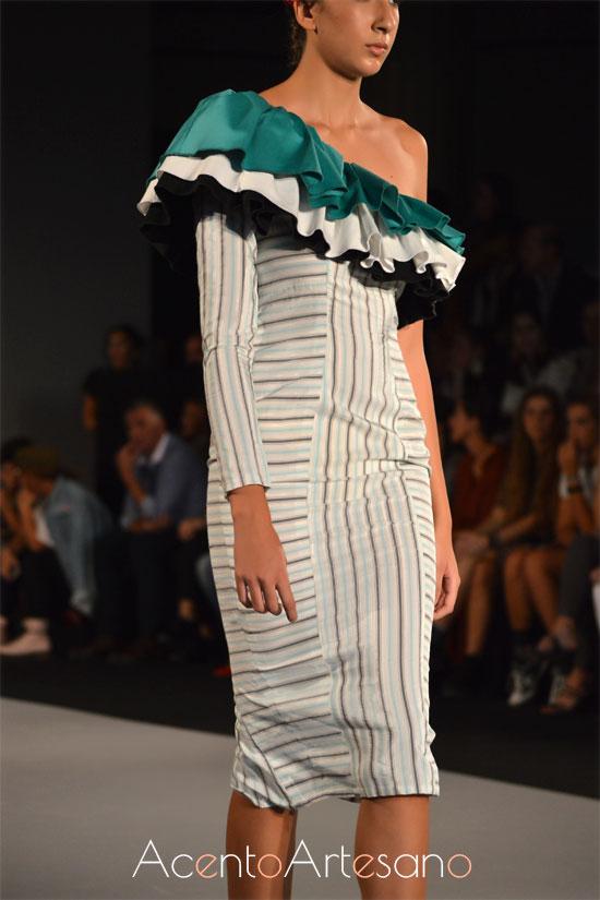 Vestido con escote asimétrico de volantes de Consuelo García