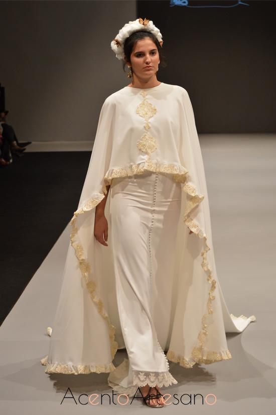 Vestido de novia con capa de cola de María Amador
