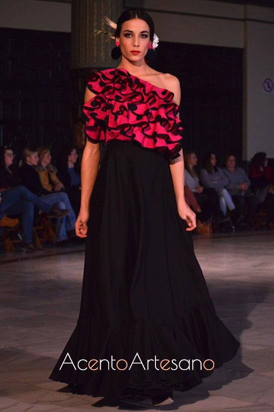 Traje de flamenca de dos piezas de talle de volantes y lunares y falda negra  de Alba Calerón