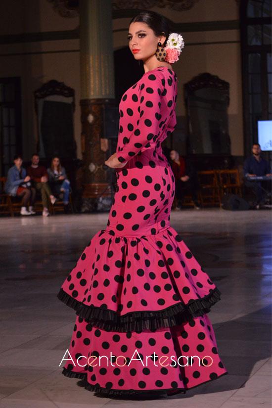 Traje de flamenca rosa fucsia o buganvilla de lunar negro  de Alba Calerón