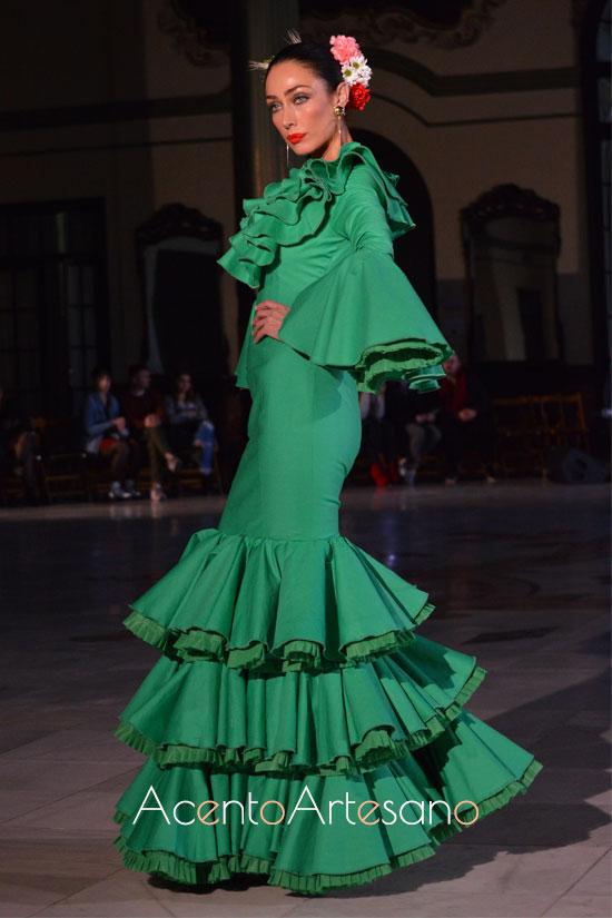 Traje de flamenca verde de volantes en el escote  de Alba Calerón