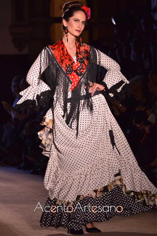 Traje de flamenca de lunares negros de Ángela y Adela