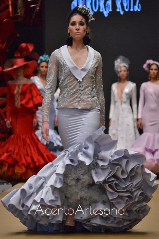 Traje de flamenca de dos piezas con falda de talla bajo canastero de Aurora Ruíz