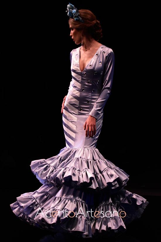 Traje de flamenca azul con aplicaciones facetadas al hombro de Aurora Ruíz