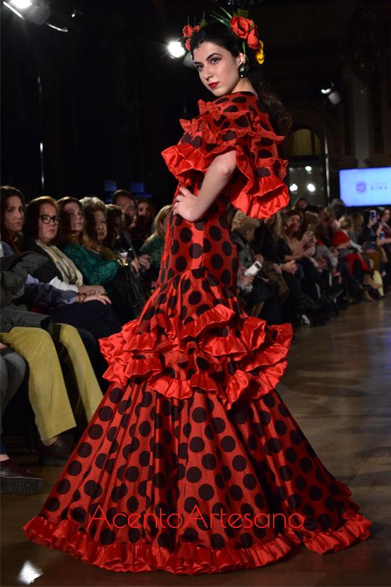 Traje de flamenca rojo y lunar negro de Atelier Rima