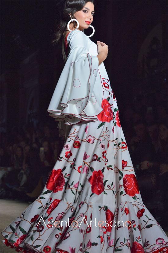 Traje de flamenca blanco de dos piezas de falda bordada en rosas rojas de El Ajolí