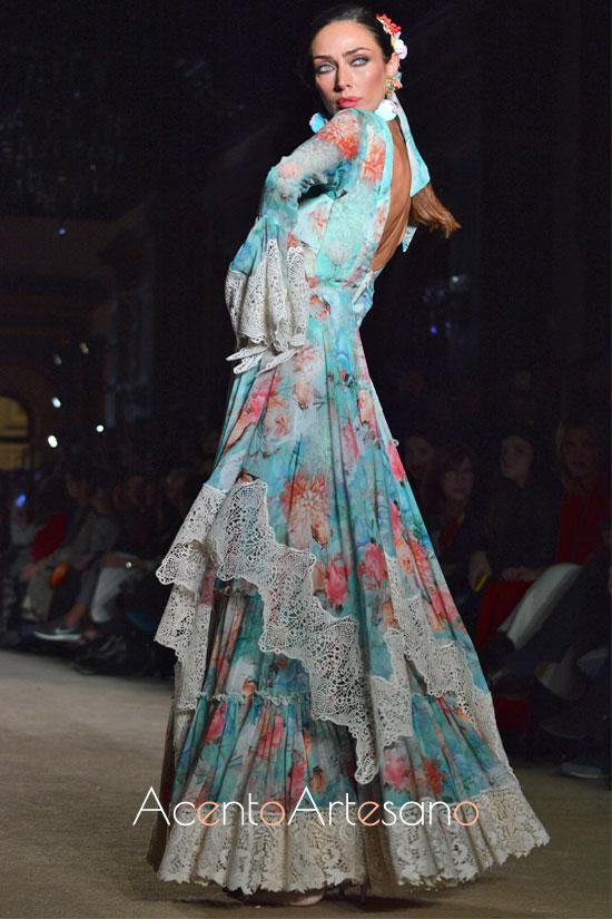 Traje de flamenca turquesa estampado de flores con tiras bordás anchas de El Ajolí