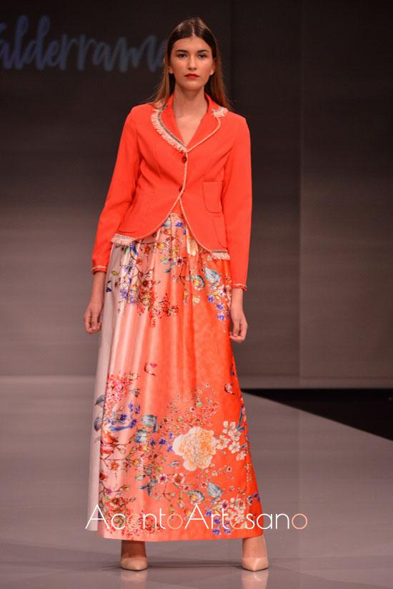 Chaqueta y falda en naranja de Eva Valderrama