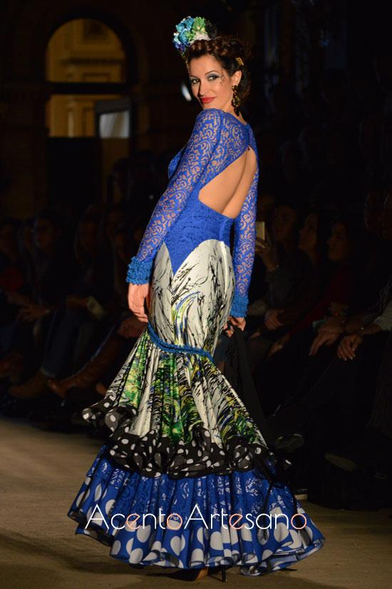 Traje de flamenca de encaje azul eléctrico y escote a la espalda de Lola Azahares