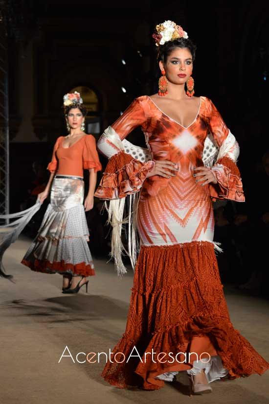 Traje de flamenca en color caldera y blanco de Lola Azahares
