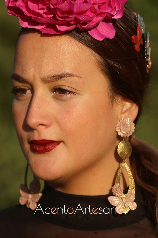 Lágrimas o aretes ovalados con aplicaciones de flores y mariposas de Verónica Sánchez