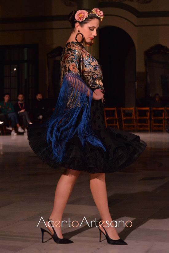 Traje de flamenca de cuerpo de terciopelo y mangas flecadas de Victoria García para la Romería de la Virgen de la Cabeza