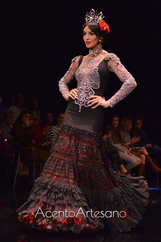 Traje de flamenca de cuello victorinao y vuelo de encaje de Atelier Rima