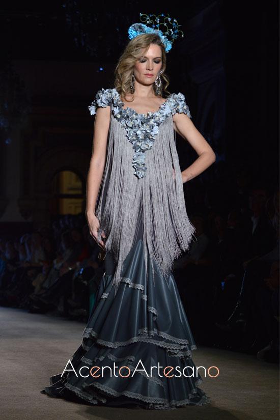 Noelia Margotón con traje de flamenca gris de Ángeles Verano