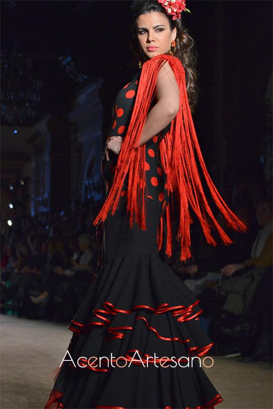 Traje de flamenca negro de lunar rojo y flecos de Ángeles Verano