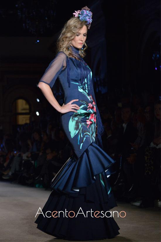 Traje de flamenca azul marino de Ángeles Verano