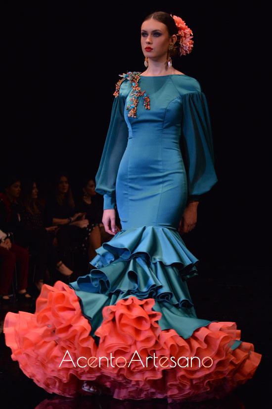 Traje de flamenca verde y enaguas naranja de Cristina Vázquez
