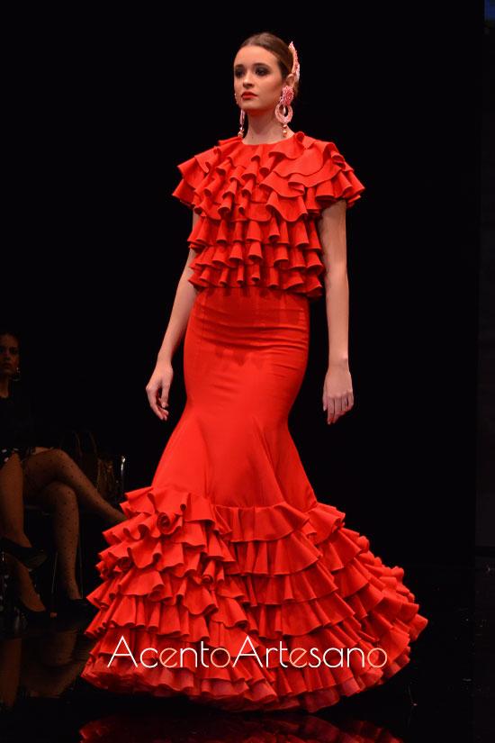 Traje de flamenca rojo con talle de volantess y silueta evasé de Cristina Vázquez