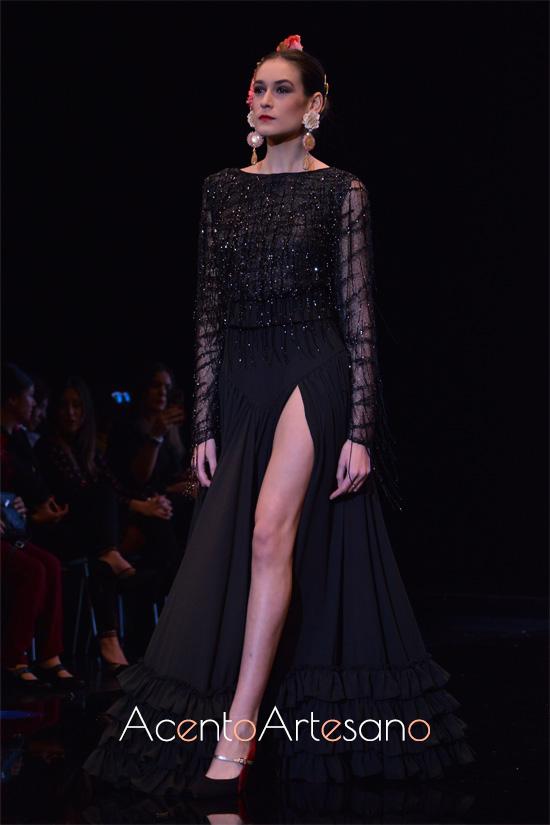 Traje de flamenca negro con pedrería y abertura delantera de Cristina Vázquez