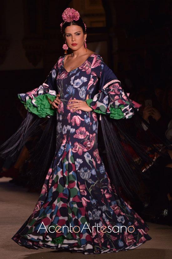Traje de flamenca setentero en azul marino de estampado de flores de El Madroñal