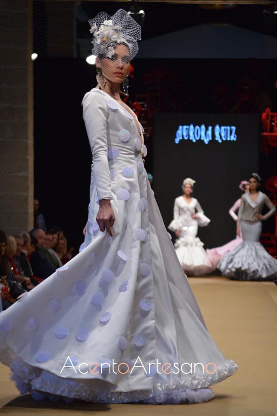 Traje de flamenca blanco con lunares colgados de Aurora Ruíz en la Pasarela Flamenca Jerez Tío Pepe