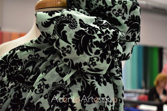 Tejido para flamencas de terciopelo negro sobre verde de Flamentex