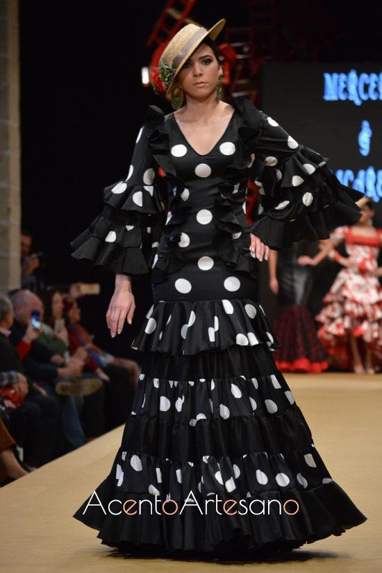 Traje de flamenca negro de lunar blanco de Macarena Rodríguez y Mercedes Gentes en la Pasarela Flamenca Jerez Tío Pepe