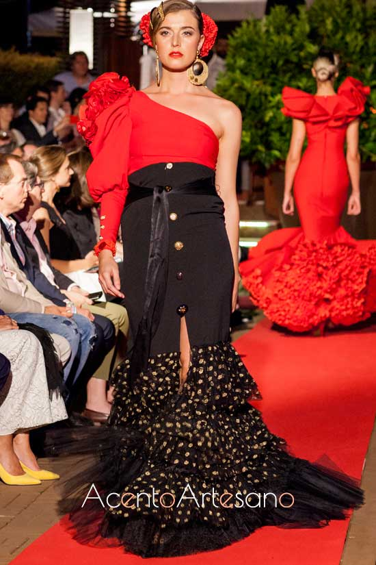 Traje de flamenca de dos piezas en rojo y negro de María Ramírez