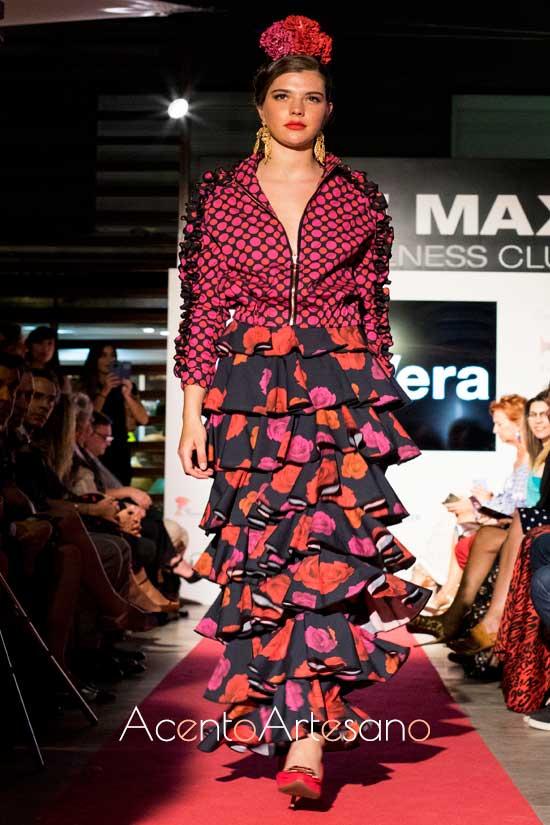 Chaqueta bomber y falda de volantes en un estilismo de flamenca de Pilar Vera
