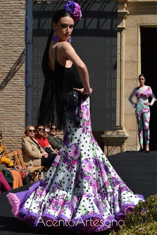 Traje de flamenca de dos piezas con falda abierta de flores y top flecado  de Rebeca Moda Flamenca