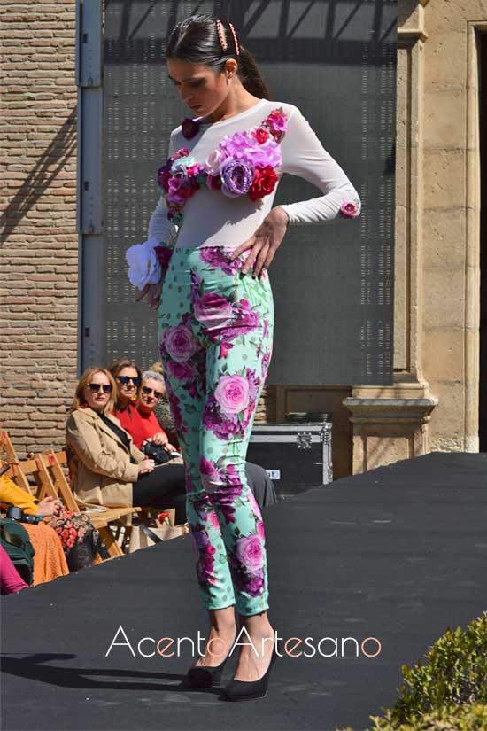 Estilismo flamenco de dos piezas de pantalón y top con flores  de Rebeca Moda Flamenca