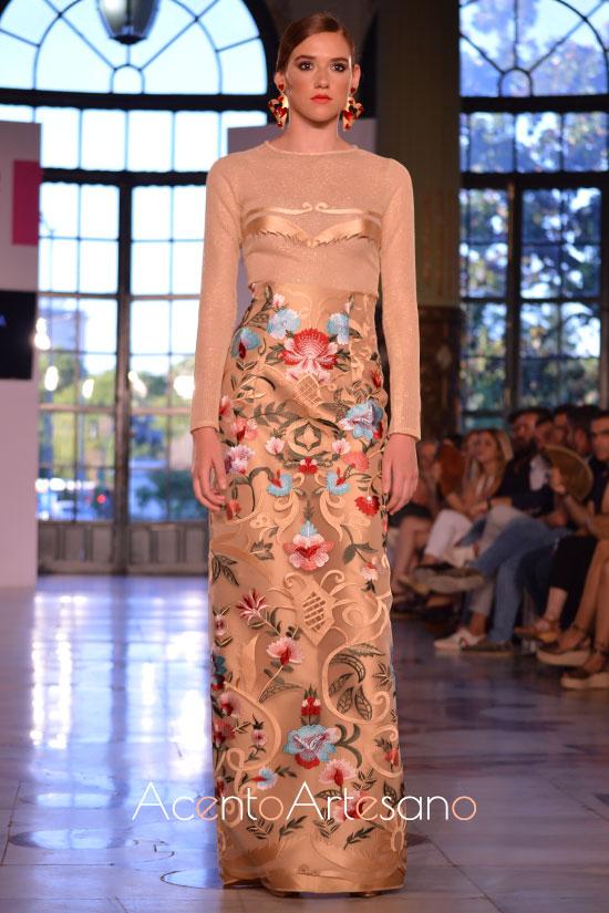 Vestido de gala de Atelier Rima con falda estampada en multitud de tonos en la Pasarela SIQ 2019