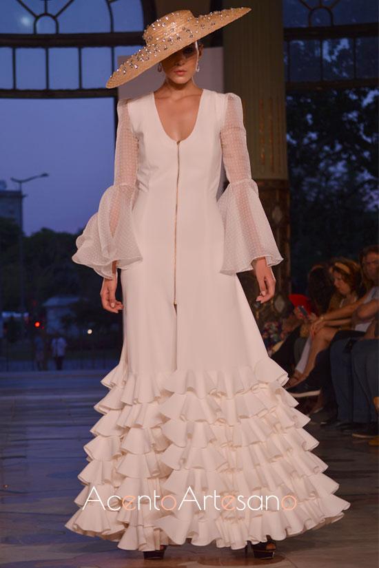 Vestido de novia con abertura delantera y volantes de Jote Martínez