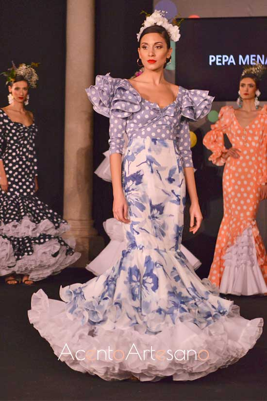 Traje de flamenca azul y blanco de Pepa Mena