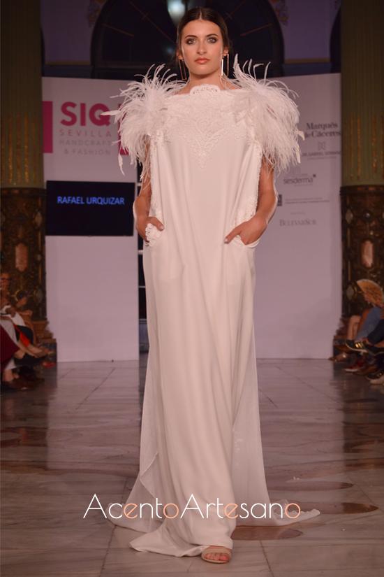 Vestido de novia con plumas al hombro de Rafael Urquizar en SIQ