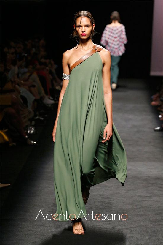 Vestido verde asimétrico de Marcos Luengo en la MBFWMadrid