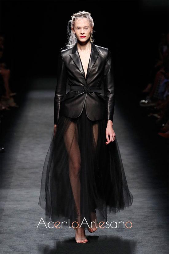 Chaqueta y falda de tul en negro de Miguel Marinero en la MBFWMadrid
